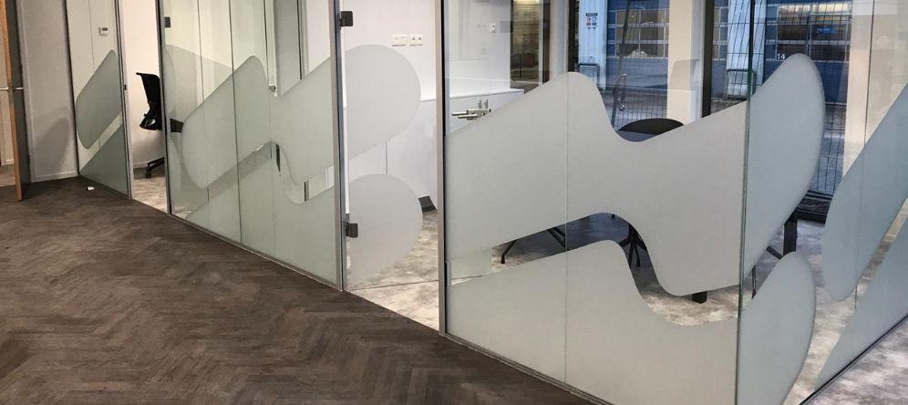 glazen kantoorwanden beplakken, glazen wanden